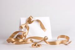 Los anillos de bodas e invitan Fotografía de archivo libre de regalías