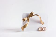 Los anillos de bodas e invitan Foto de archivo