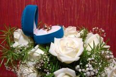 Los anillos de bodas en rectángulo azul y se levantaron Fotografía de archivo libre de regalías