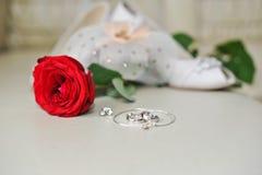 Los anillos de bodas en rectángulo negro y se levantaron Fotografía de archivo