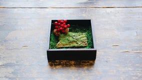 Los anillos de bodas están en una caja de madera Adornado con las bayas Plan muy bonito almacen de metraje de vídeo