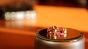Los anillos de bodas giran alrededor de su eje y se destacan en diversos colores metrajes