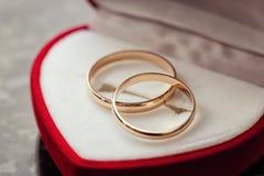 Los anillos de bodas mienten en una caja hermosa de la boda, boda, Fotos de archivo libres de regalías