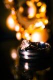 Los anillos de bodas se cierran para arriba Fotografía de archivo libre de regalías