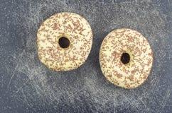 Los anillos de espuma esmaltados con el chocolate asperjan Fotografía de archivo