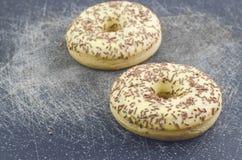 Los anillos de espuma esmaltados con el chocolate asperjan el primer Imagen de archivo libre de regalías