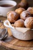 Los anillos de espuma hechos en casa sabrosos del requesón en Sugar Powder Wooden Background Donuts se cierran encima de vertical imagenes de archivo