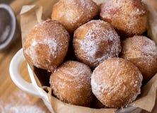 Los anillos de espuma hechos en casa sabrosos del requesón en Sugar Powder Wooden Background Donuts se cierran para arriba imagen de archivo