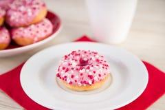 Los anillos de espuma rosados con asperjan y café Fotos de archivo