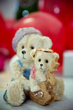 Los anillos en las flores, en una caja, en una tela blanca en los juguetes, colores, casandose los detalles, anillos de bodas Fotografía de archivo libre de regalías