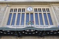 Los anillos olímpicos en la estación de tren de la ciudad de Lausanne en Suiza imagenes de archivo