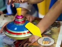 Los animadores entretienen a los niños que juegan a un juego emocionante usando Yule imagen de archivo libre de regalías