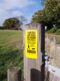 Los animales del campo del susto o del daño de la advertencia de la muestra del perro de la granja amarillean p de madera Foto de archivo libre de regalías