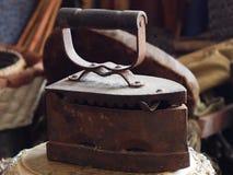 Los antepasados retros del metal del carbón de leña del hierro son nuestros planchados tan Fotos de archivo