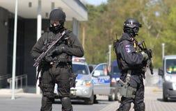 Los anti-terroristas armados listos protegen el objeto Imagen de archivo