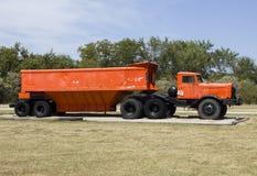 los años 40 que acarrean el camión con el remolque de la descarga del vientre Imagen de archivo libre de regalías