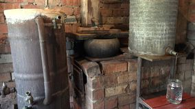 Los aparatos de proceso del alcohol en licor del destilado del fuego beben 4K almacen de video