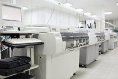 Los aparatos médicos para analizan sangre probada para las enfermedades SIDAS y otras definición de la DNA Foco selectivo imagenes de archivo