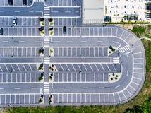 Los aparcamientos libres rematan abajo de la visión aérea Fotos de archivo libres de regalías