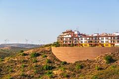Los apartamentos construyeron alto en una ladera en Costa Esuri, España imagen de archivo