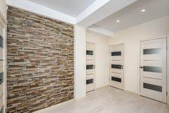 Los apartamentos modernos vacian el pasillo con las puertas del sitio Fotos de archivo libres de regalías