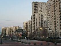 Los apartamentos y un parque en el puerto señalan en Stamford, Connecticut Imagen de archivo