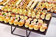 Los aperitivos en las placas listas para comen Fotos de archivo