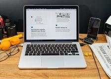 Los Apple Computer en los últimos avisos de WWDC del nuevo sfari hojean Foto de archivo