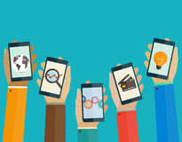 Los apps móviles planos del concepto de diseño llaman por teléfono en las manos de la gente Fotografía de archivo
