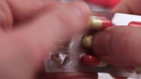 Los apretones de la tableta fuera de la ampolla almacen de metraje de vídeo