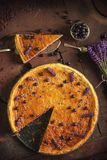 Los arándanos y el pastel de queso del lavander sirvieron en el horno con las bayas y las flores, aún vida para la pastelería, to Foto de archivo