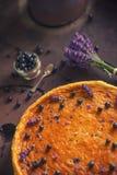 Los arándanos y el pastel de queso del lavander sirvieron en el horno con las bayas y las flores, aún vida para la pastelería, to Fotografía de archivo libre de regalías