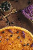Los arándanos y el pastel de queso del lavander sirvieron en el horno con las bayas y las flores, aún vida para la pastelería, to Imágenes de archivo libres de regalías