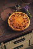 Los arándanos y el pastel de queso del lavander sirvieron en el horno con las bayas y las flores, aún vida para la pastelería, to Imagen de archivo libre de regalías