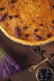 Los arándanos y el pastel de queso del lavander sirvieron en el horno con las bayas y las flores, aún vida para la pastelería, to Fotografía de archivo