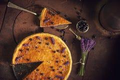 Los arándanos y el pastel de queso del lavander sirvieron en el horno con las bayas y las flores, aún vida para la pastelería, to Imagenes de archivo
