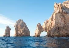 Los Arcos/bågen på länder avslutar som sett från havet av Cortes på Cabo San Lucas i Baja California Mexico Royaltyfri Foto