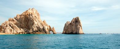 Los Arcos/bågen på länder avslutar som sett från Stilla havet på Cabo San Lucas i Baja California Mexico Royaltyfri Bild
