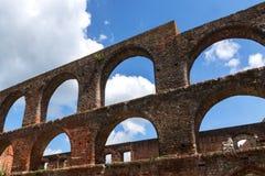 Los arcos de la ventana en la ruina del monasterio de la albañilería del ladrillo en malo hacen Imagenes de archivo