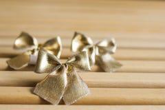Los arcos de oro ataron la decoración de la Navidad Imagen de archivo