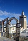 Los arcos ornamentales en el tejado rematan la torre de la terraza y de la mezquita en Túnez Fotos de archivo libres de regalías
