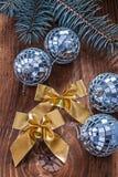 Los arcos y las bolas de discoteca de oro de la Navidad con pinetree ramifican en ol Imágenes de archivo libres de regalías