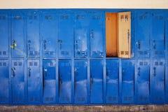 Los armarios azules viejos con la puerta se abren imagen de archivo libre de regalías
