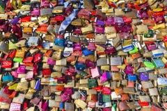 Los armarios en el puente de Hohenzollern simbolizan amor para siempre Fotografía de archivo
