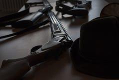 Los armas en cerca detallan en la tabla fotos de archivo