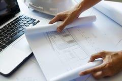 Los arquitectos dirigen la discusión en la tabla con el modelo - clo Fotos de archivo