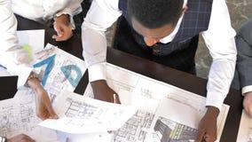 Los arquitectos y los diseñadores discuten proyectos de nueva construcción Visión superior Cámara lenta metrajes