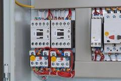 Los arrancadores magnéticos con las retransmisiones termales conectaron por los alambres Fotografía de archivo libre de regalías