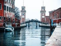 Los arsenales de Venecia y del puente que conectan los dos lados imagenes de archivo