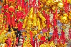Los artículos afortunados están para la venta en el Año Nuevo lunar en la calle de Vietnam Imágenes de archivo libres de regalías